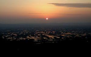 スマホで撮影した散居村の夕陽